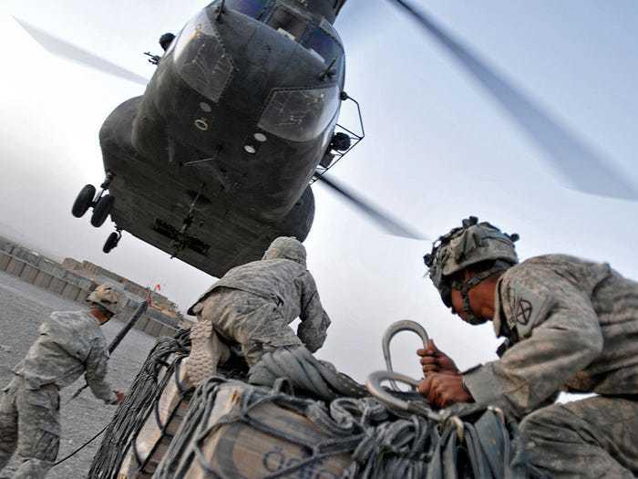загрузка вертолета чинук